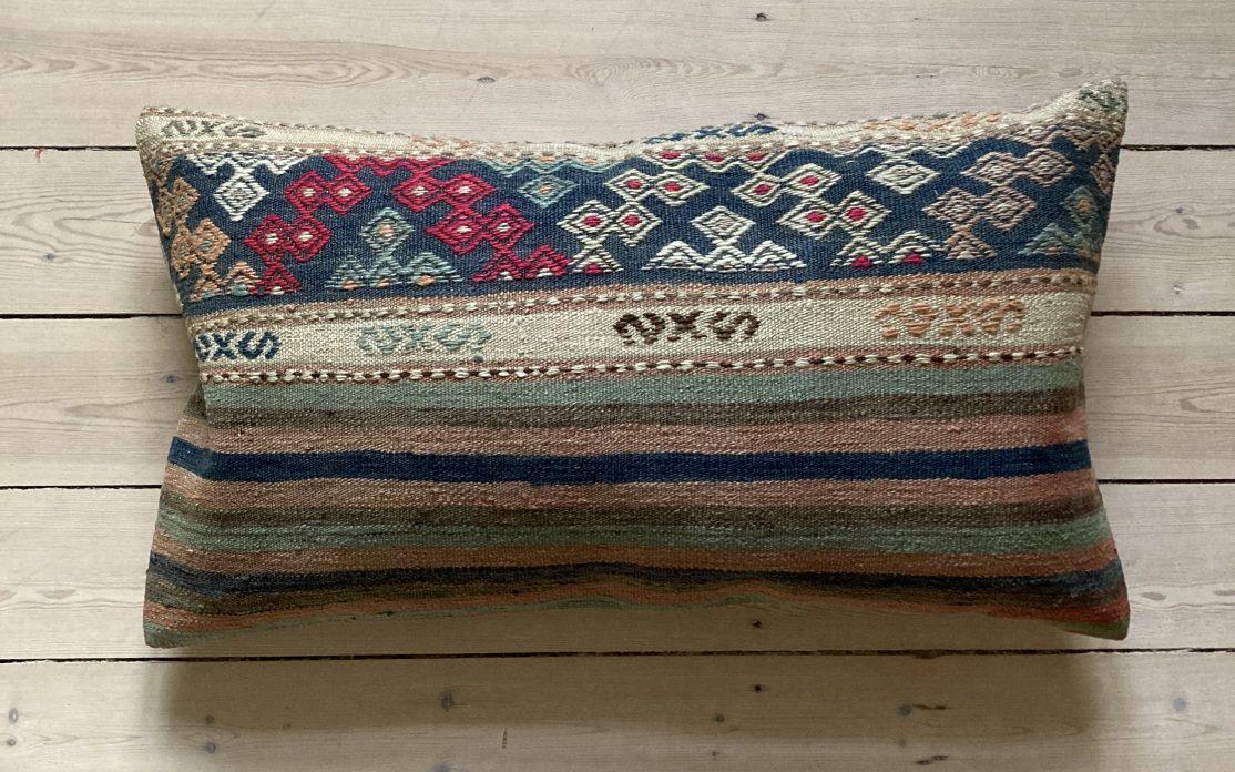 Kelim pude i striber med detaljer i brun, beige, grøn, rosa og blå. Puder sælges i København