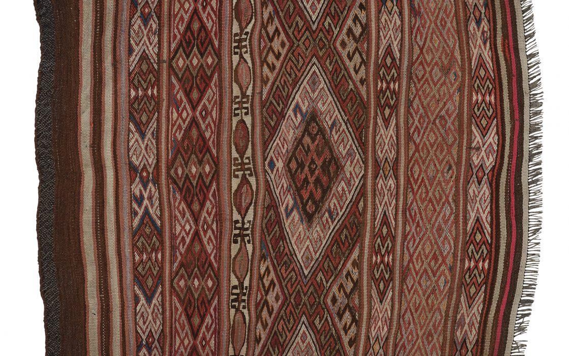 Lille tyrkisk kelim tæppe i brune farver. Tæpper sælges i København