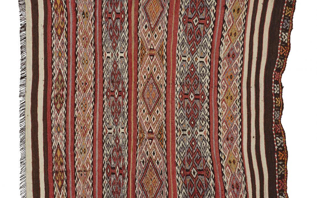Lille tyrkisk kelim tæppe i brun, orange og rød. Tæpper sælges i København
