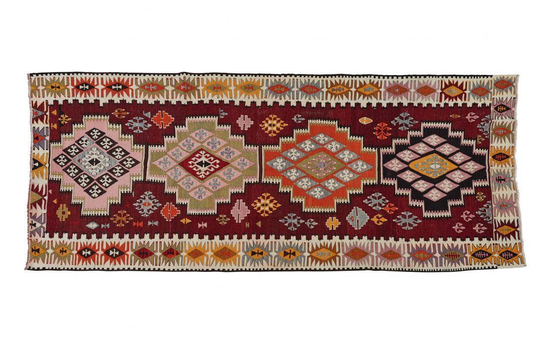 Stort tyrkisk kelim tæppe i lilla, gul, orange, grøn. Tæpper sælges i København