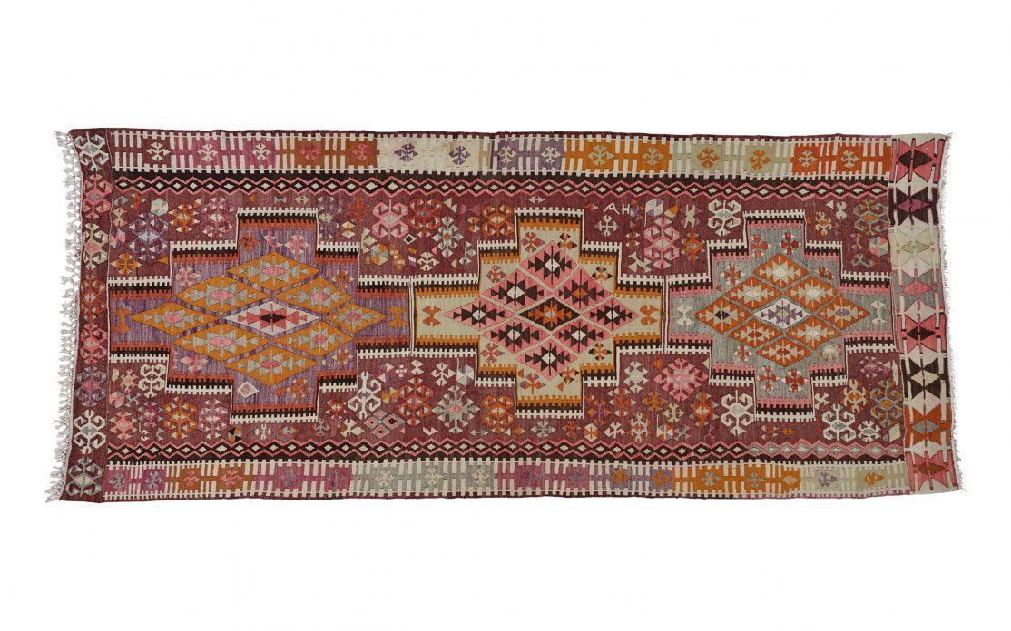 Stort tyrkisk kelim tæppe i lilla og lyserød. Tæpper sælges i København