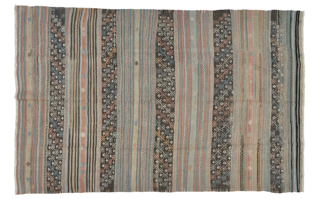 Tyrkisk kelim tæppe i afdæmpede farver. Tæpper sælges i København