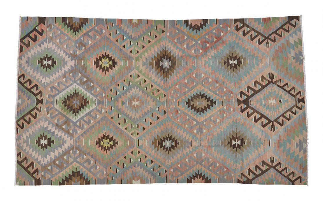 Stort kelim tæppe fra tyrkiet i gyldne, varme farver med blå, grønne og brune detaljer. Tæpper sælges i København