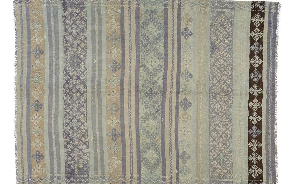 Tyrkisk kelim tæppe i blå lyse toner. Tæpper sælges i København