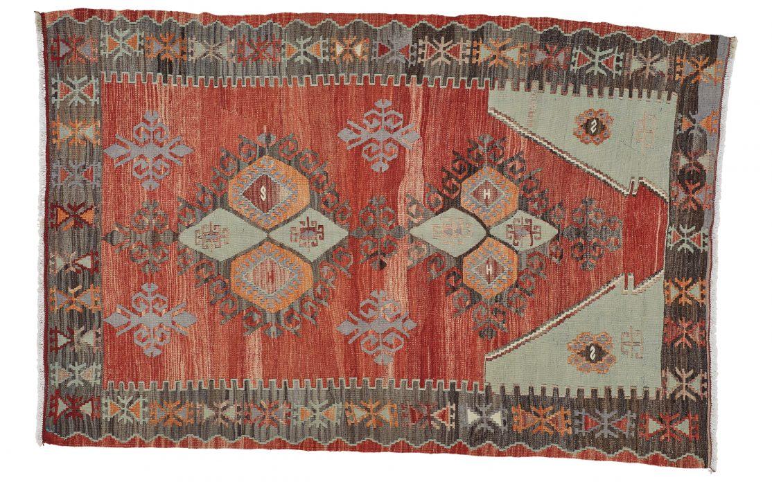 Lille tyrkisk kelim tæppe i rød. Tæpper sælges i København