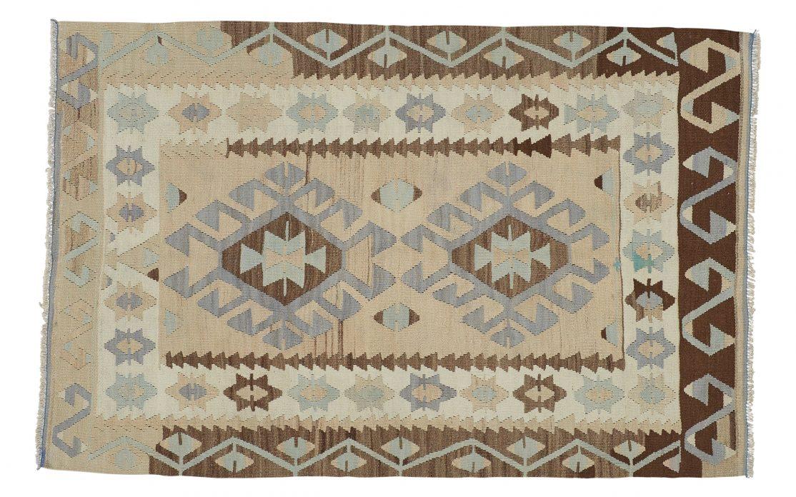 Lille kelim tæppe fra Tyrkiet i sand farver. Tæpper sælges i København
