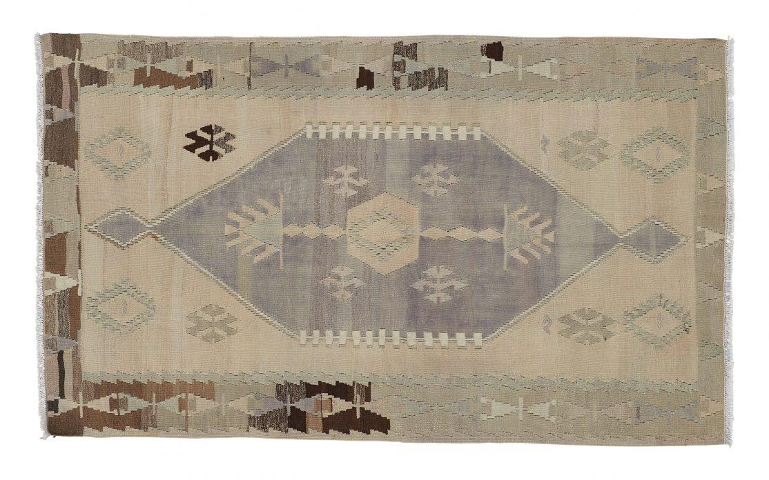 Lille tyrkisk kelim tæppe i sand, grå og brune farver. Tæpper sælges i København