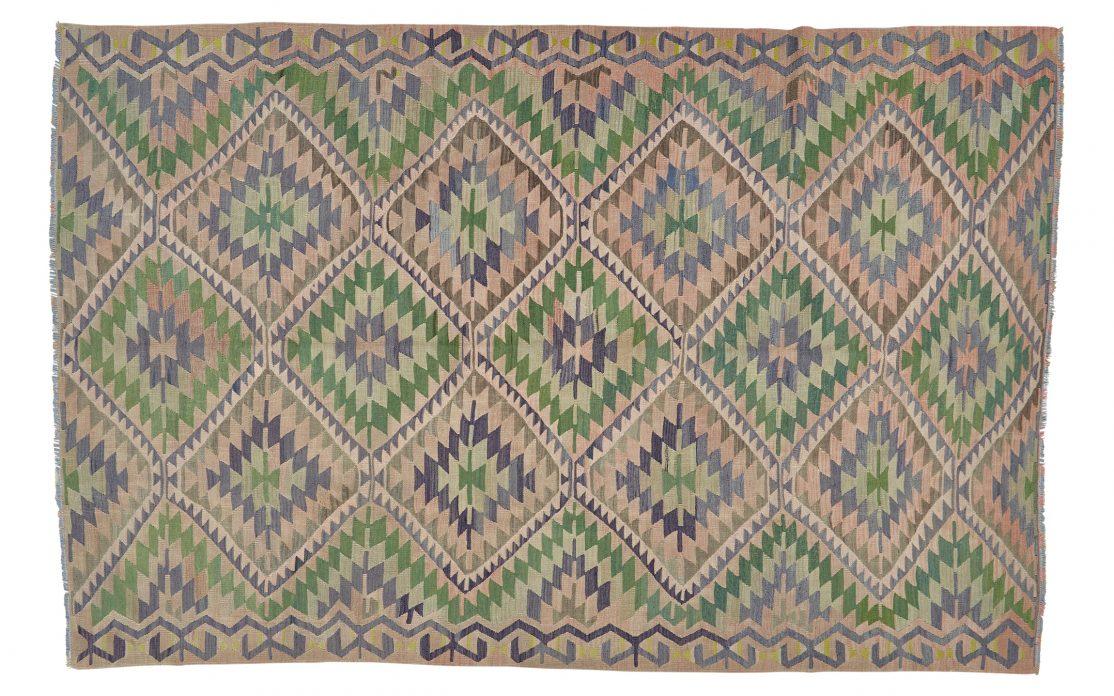 Stort kelim tæppe fra Tyrkiet i rosa, blå og grønne farver. Tæpper sælges i København