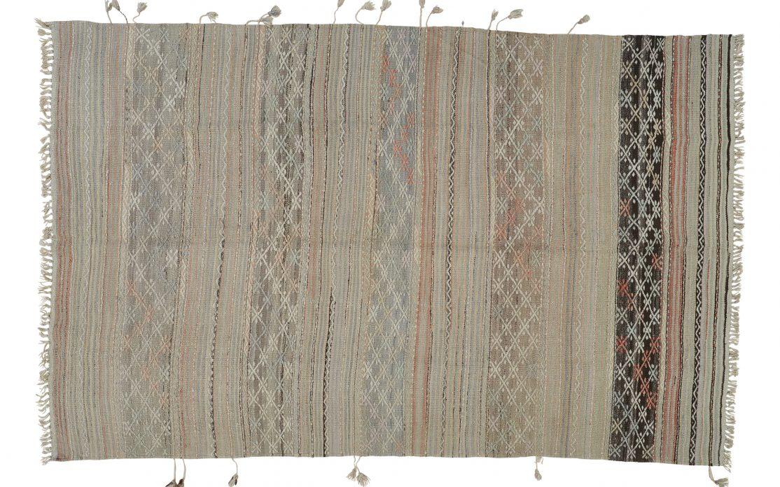 Tyrkisk kelim tæppe i afdæmpede toner. Tæpper sælges i København