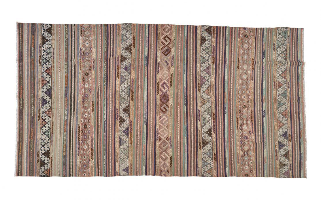 Stor tyrkisk kelim tæppe i striber af pastel. Tæpper sælges i København