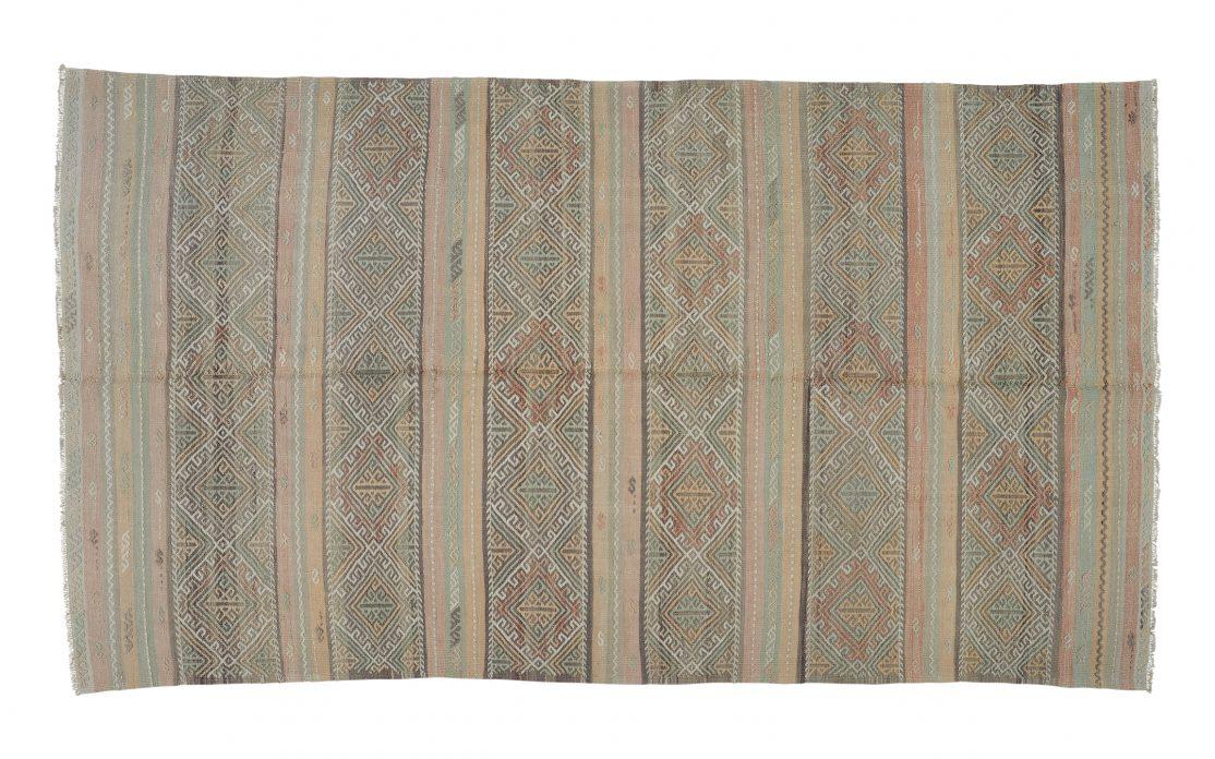 Stor kelim tæppe fra Tyrkiet i pastelfarver og striber. Tæpper sælges i København