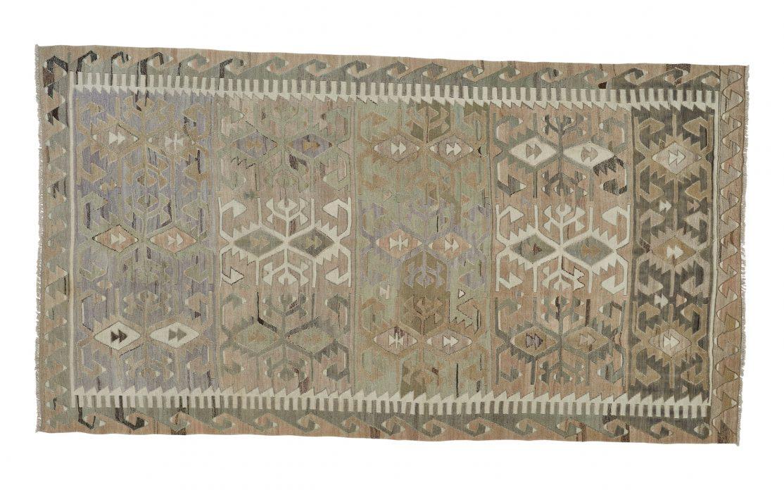 Stor tyrkisk kelim tæppe i grøn, beige, sand og oliven. Tæpper sælges i København