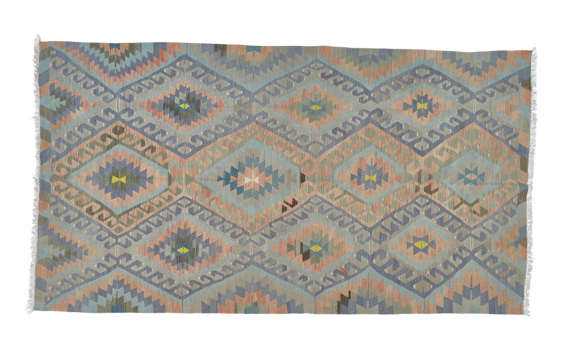 Stor kelim tæppe fra Tyrkiet i koral, blå og grøn. Tæpper sælges i København