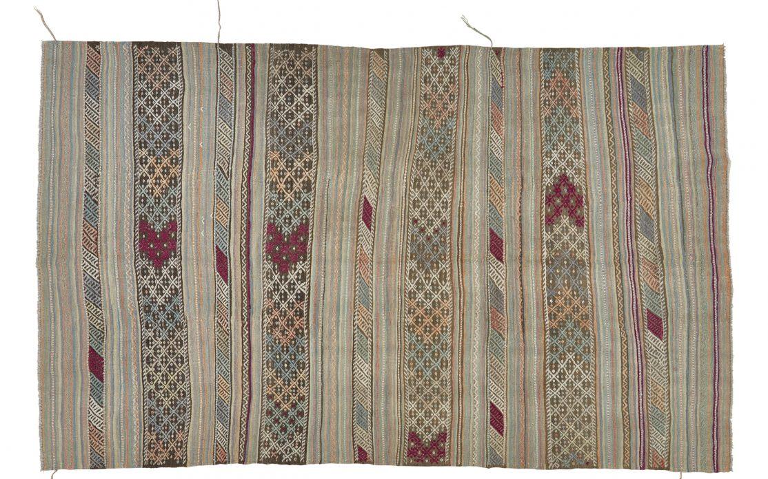 Stor kelim tæppe i striber i rolige farver. Tæpper sælges i København