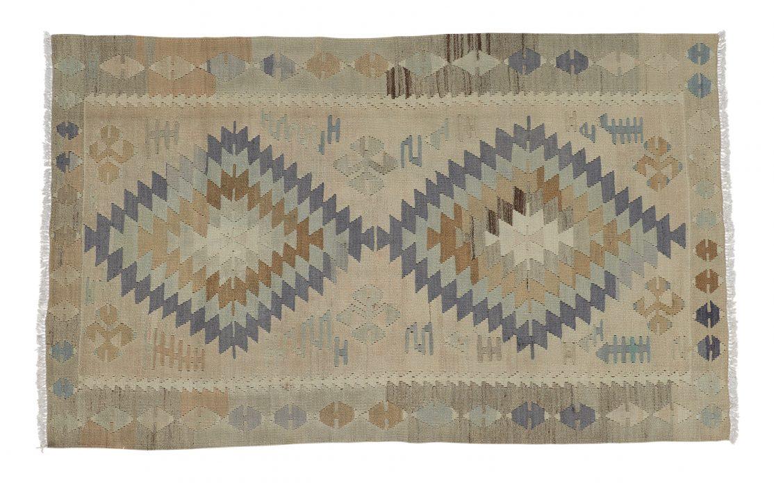Lille kelim tæppe fra Tyrkiet i sarte farver. Tæpper sælges i København