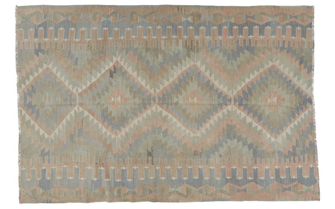 Mellem stort kelim tæppe fra Tyrkiet i afdæmpede farver. Tæpper sælges i København