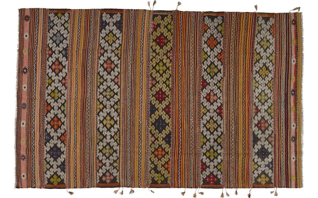 Stor kelim tæppe fra Tyrkiet i varme farver. Tæpper sælges i København