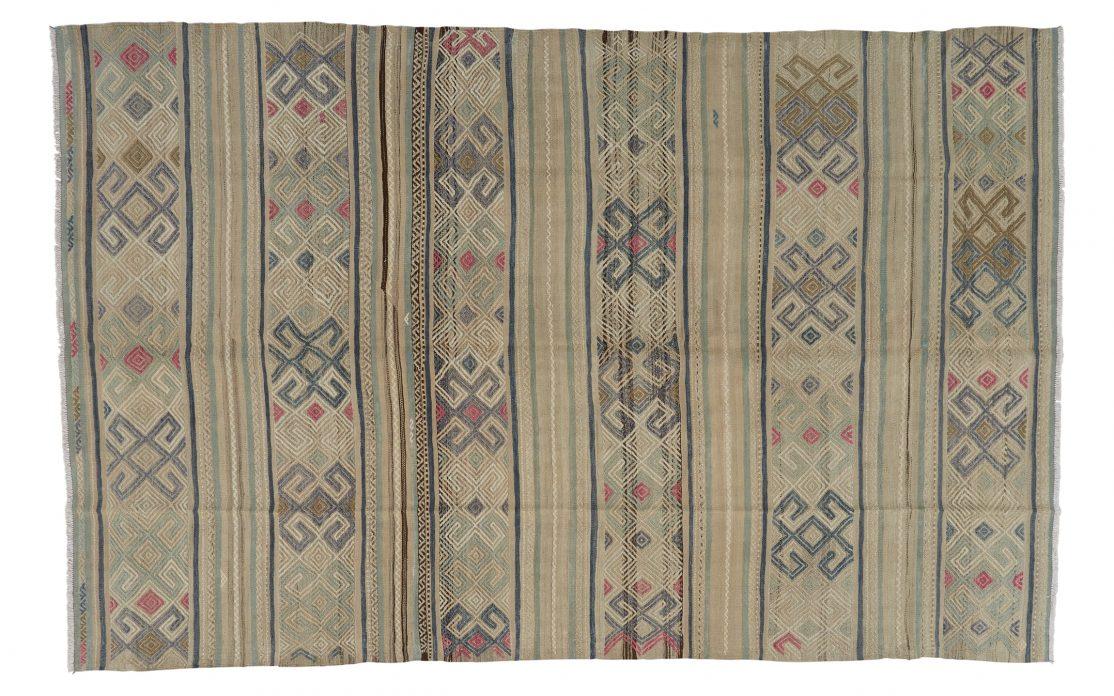 Stor kelim tæppe fra Tyrkiet i lyse farver. Tæpper sælges i København