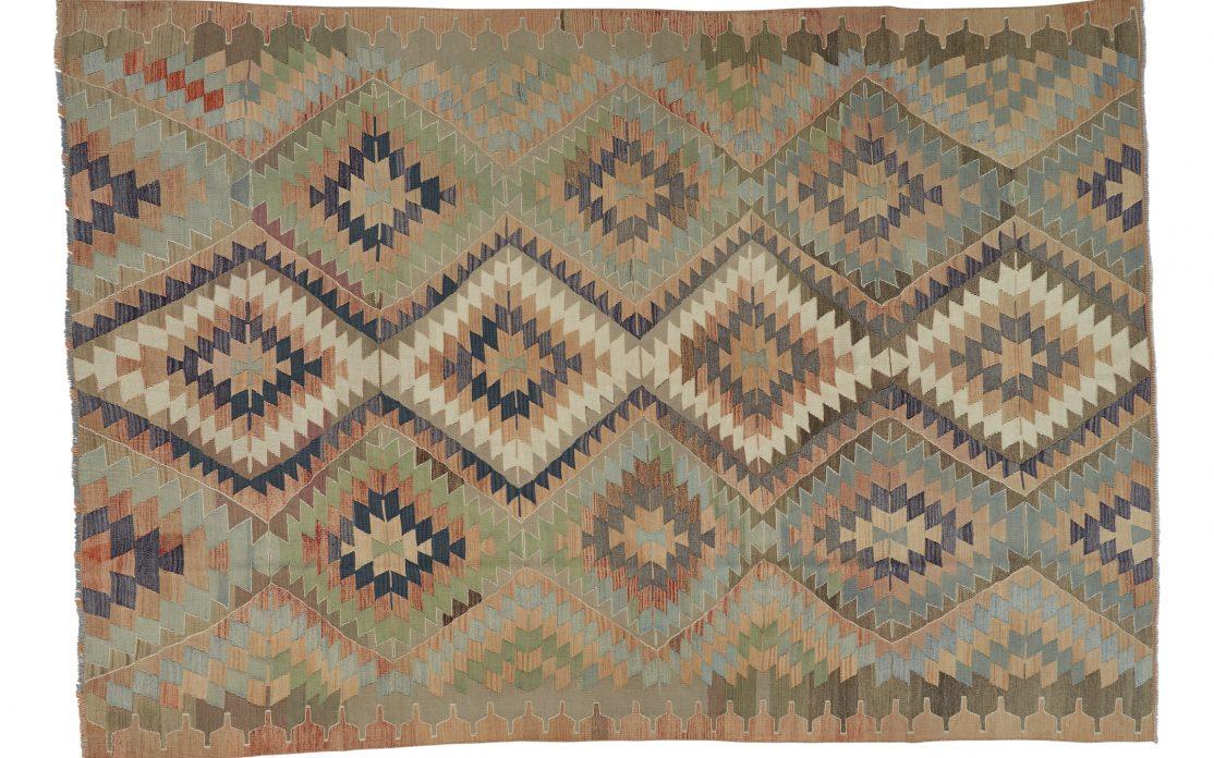 Stor kelim tæppe i grønne toner fra Tyrkiet. Tæpper sælges i København