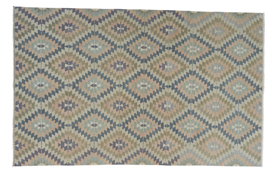 Stor kelim tæppe i afdæmpede farver fra Tyrkiet. Tæpper sælges i København