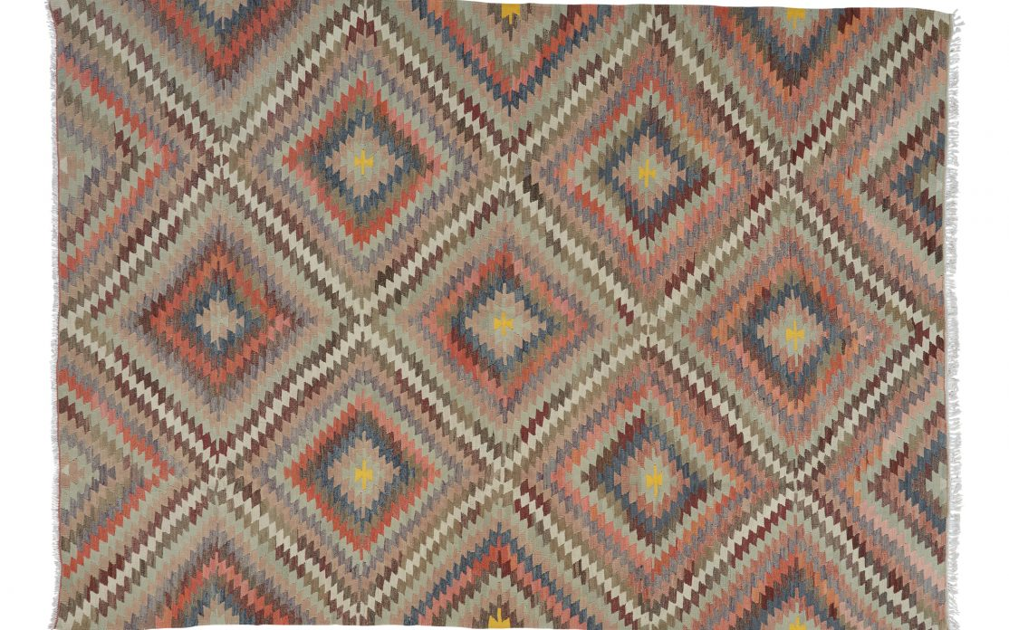 Stor kelim tæppe i diamantmønster fra Tyrkiet. Tæpper sælges i København