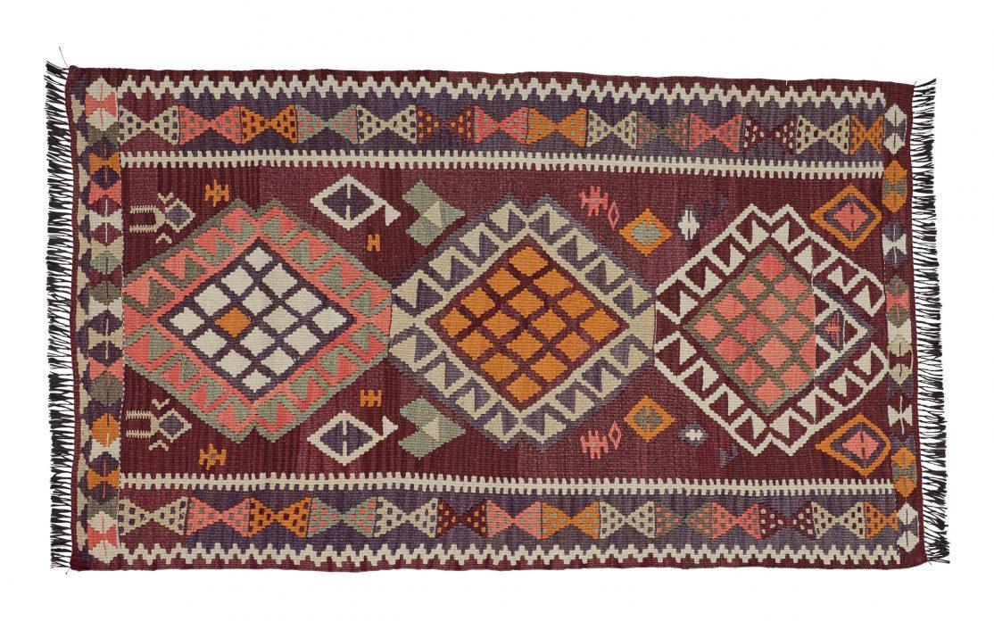 Lille kelim tæppe fra Tyrkiet i mørkerøde farver. Tæpper sælges i København