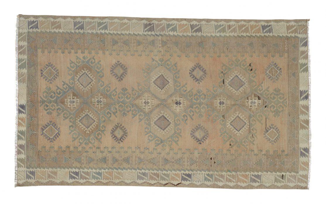 Lille tyrkisk kelim tæppe i sarte farver. Tæpper sælges i København