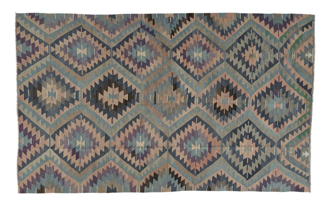 Stor kelim tæppe fra Tyrkiet i mørke farver. Tæpper sælges i København