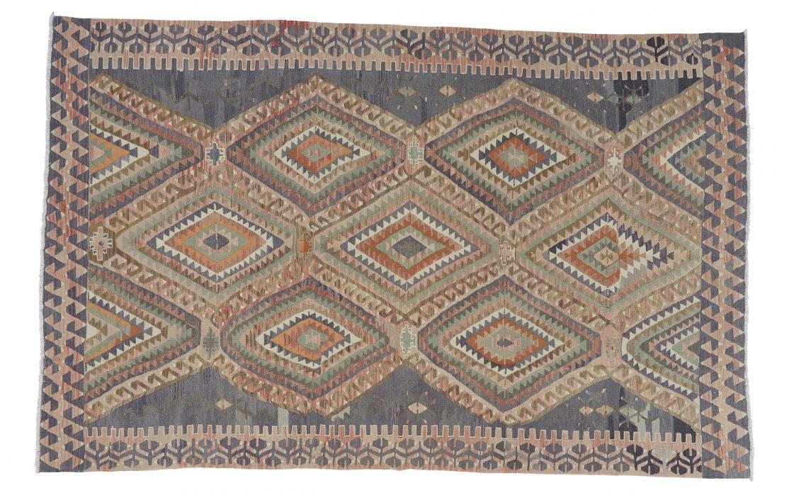 Stor kelim tæppe fra Tyrkiet i afdæmpede farver. Tæpper sælges i København