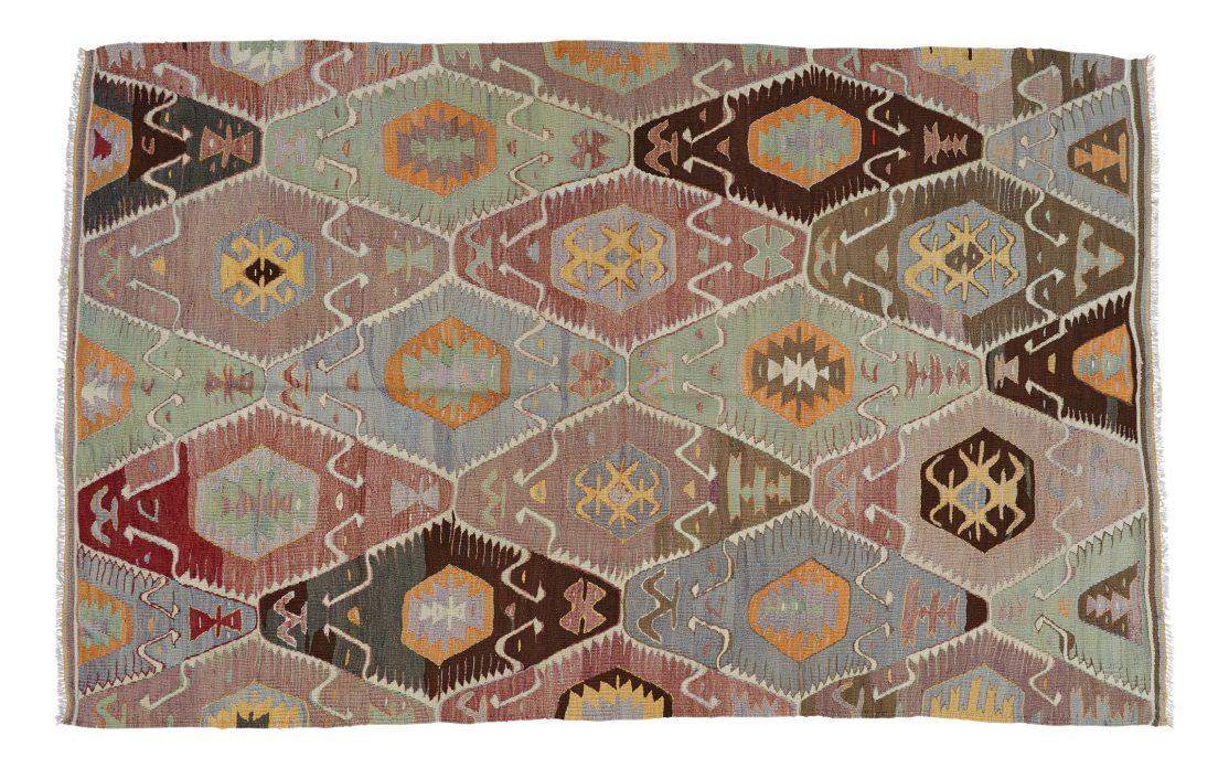Kelim tæppe fra Tyrkiet i farverigt mønster. Tæpper sælges i København