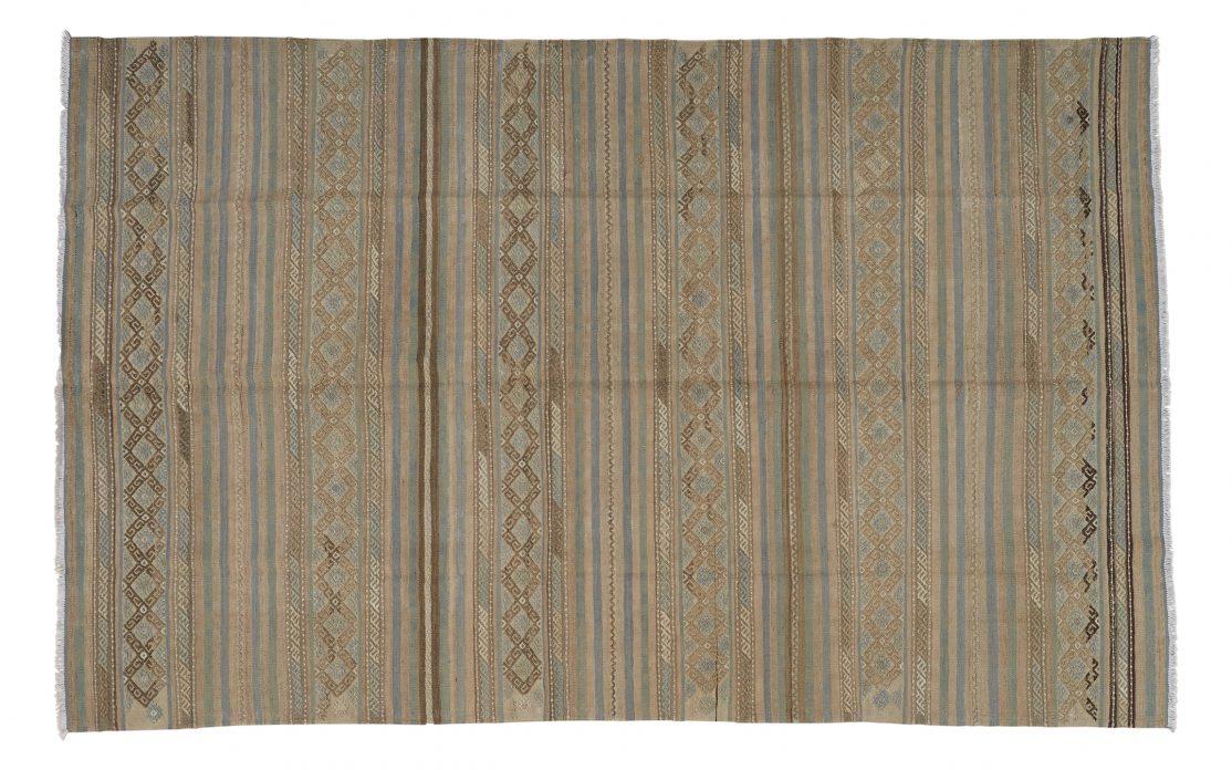 Stribet kelim tæppe fra Tyrkiet i afdæmpede farver. Tæpper sælges i København