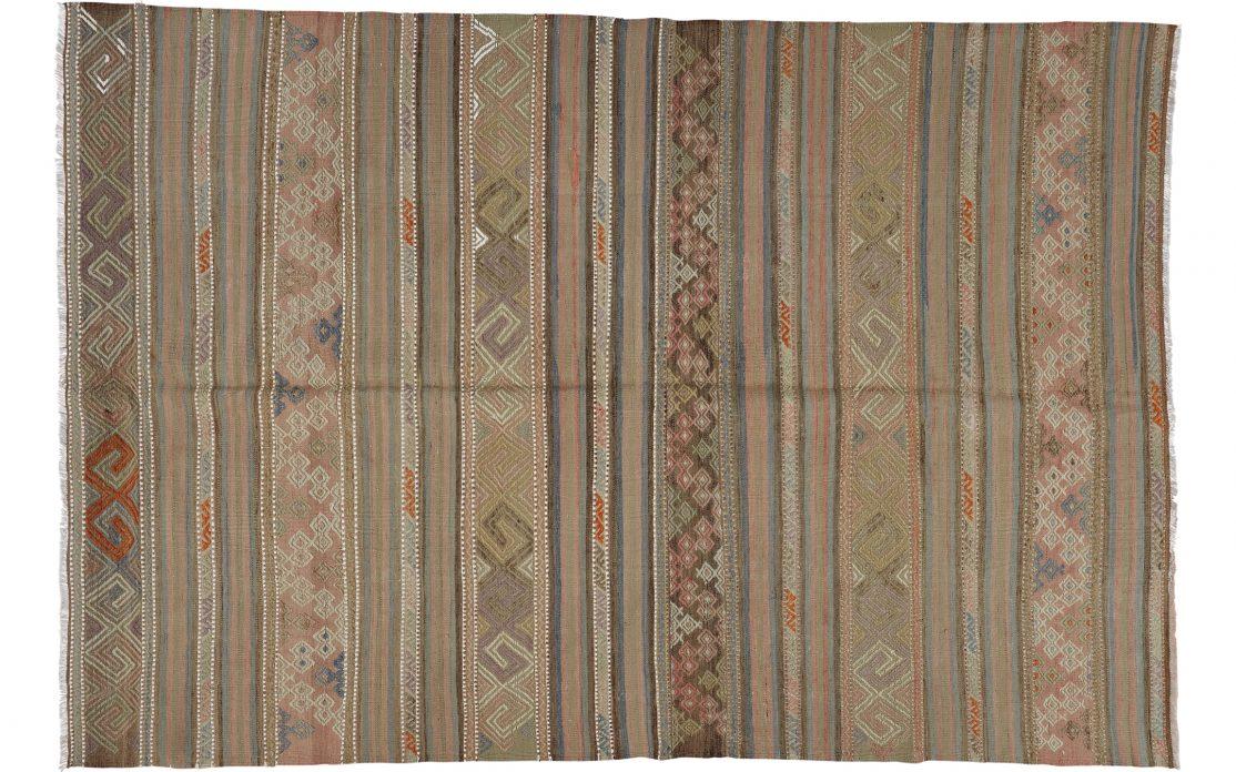 Stribet kelim tæppe fra Tyrkiet i varme farver. Tæpper sælges i København