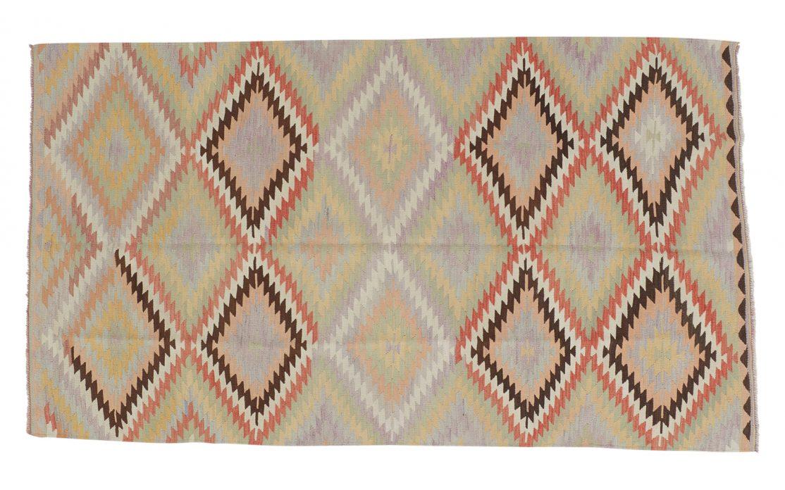 Kelim tæppe i lyse farver fra Tyrkiet. Tæpper sælges i København