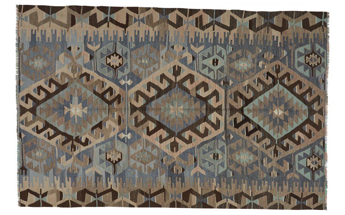 Tyrkisk kelim tæppe i grå, blå og beige nuancer. Tæpper sælges i København